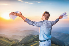 Бизнесмен стоя na górze горы, концепции профессиональной карьеры Стоковое фото RF