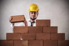 Бизнесмен строя стену стоковое изображение rf
