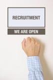 Бизнесмен стучая на двери офиса отдела рекрутства Стоковое Изображение RF