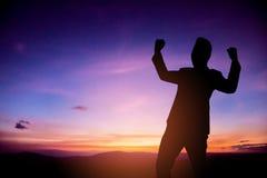 Бизнесмен счастливый и делает руки вверх на периоде восхода солнца Стоковые Фотографии RF