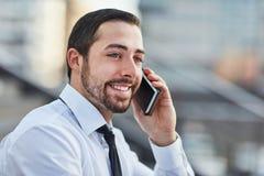 Бизнесмен счастливый о сообщении Стоковые Изображения RF