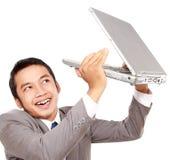 Бизнесмен счастливый и поднимает компьтер-книжку Стоковая Фотография RF