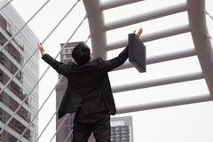 Бизнесмен счастливый и рука повышения для концепции успеха, заднего взгляда Стоковые Изображения RF
