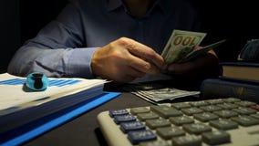 Бизнесмен считая деньги на офисе Концепция займа видеоматериал