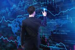 Бизнесмен с абстрактной диаграммой валют Стоковое Фото
