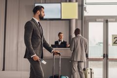 бизнесмен с багажом и билетом полета Стоковые Фото