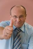 Бизнесмен с большим пальцем руки вверх стоковое изображение rf