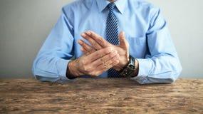 Бизнесмен с болью запястья руки сочленения стоковые фотографии rf