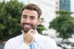 Бизнесмен с бородой и голубая связь в городе Стоковое фото RF