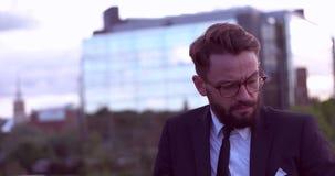 Бизнесмен с бородой сток-видео