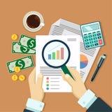 Бизнесмен с бумагой анализа увеличителя Стоковое Изображение RF