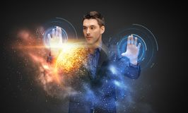 Бизнесмен с виртуальным hologram планеты и космоса Стоковые Фото