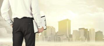 Бизнесмен с видом на город Стоковая Фотография