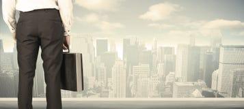 Бизнесмен с видом на город Стоковые Изображения