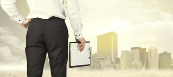 Бизнесмен с видом на город Стоковые Фотографии RF