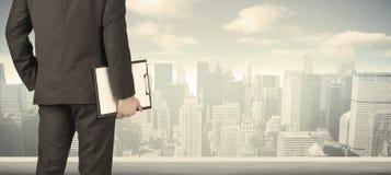 Бизнесмен с видом на город Стоковая Фотография RF