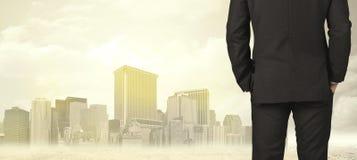 Бизнесмен с видом на город Стоковые Изображения RF