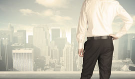 Бизнесмен с видом на город Стоковое фото RF