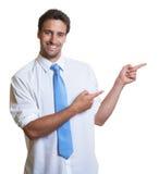 Бизнесмен с голубой указывать галстука косой Стоковые Изображения RF