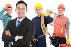 Бизнесмен с группой в составе профессиональный мужской инженер на задней части стоковая фотография rf