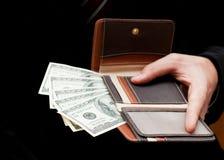 Бизнесмен с деньгами в его бумажнике Стоковые Фото