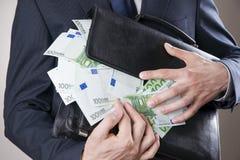 Бизнесмен с деньгами в студии белизна доллара развращения принципиальной схемы кредиток изолированная габаритом стоковые фото