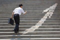 Бизнесмен с лестницей в концепции дела стоковое фото