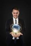 Бизнесмен с деловыми связями через цифровой мир Стоковые Изображения RF
