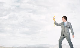 Бизнесмен с желтым приемником Стоковое фото RF
