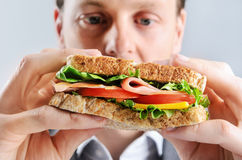 Бизнесмен с здоровым сандвичем Стоковое фото RF