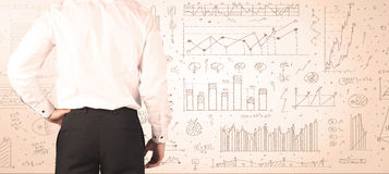 Бизнесмен с диаграммами и диаграммами Стоковые Изображения