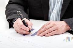 Бизнесмен с диаграммой в виде вертикальных полос Стоковые Фото