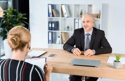 Бизнесмен с клиентом на офисе Стоковая Фотография RF