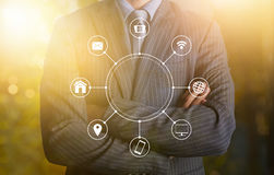 Бизнесмен с коммуникационной сетью multichanel онлайн Стоковое Изображение RF