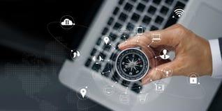 Бизнесмен с компасом на сети компьтер-книжки и значка Стоковые Фотографии RF