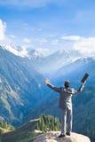 Бизнесмен с компьтер-книжкой вверху гора пожалуйста Стоковые Фото