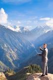 Бизнесмен с компьтер-книжкой вверху гора пожалуйста Стоковые Изображения