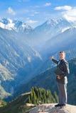 Бизнесмен с компьтер-книжкой вверху гора Стоковые Изображения RF