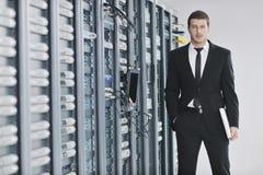 Бизнесмен с компьтер-книжкой в комнате сервера сети Стоковые Изображения