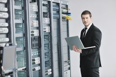 Бизнесмен с компьтер-книжкой в комнате сервера сети Стоковое Изображение RF
