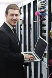 Бизнесмен с компьтер-книжкой в комнате сервера сети Стоковое Фото