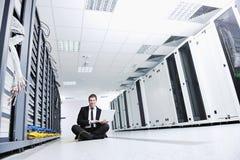 Бизнесмен с компьтер-книжкой в комнате сервера сети Стоковые Изображения RF