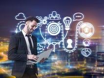 Бизнесмен с компьтер-книжкой и идея в городе Стоковое Изображение RF