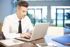 Бизнесмен с компьтер-книжкой на офисе Стоковые Фото