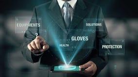 Бизнесмен с концепцией безопасности работы выбирает от здоровья оборудований решений перчаток защиты используя цифровую таблетку видеоматериал