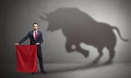 Бизнесмен с концепцией тени и toreador быка стоковые фотографии rf