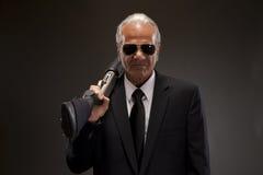 Бизнесмен с корокоствольным оружием стоковые изображения