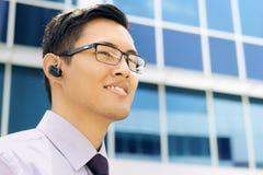 Бизнесмен с космосом текста прибора Bluetooth хэндс-фри Стоковые Изображения