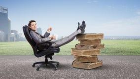 Бизнесмен с кружкой Стоковые Изображения RF