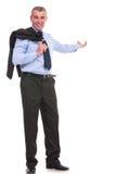 Бизнесмен с курткой над плечом представляет в задней части стоковая фотография